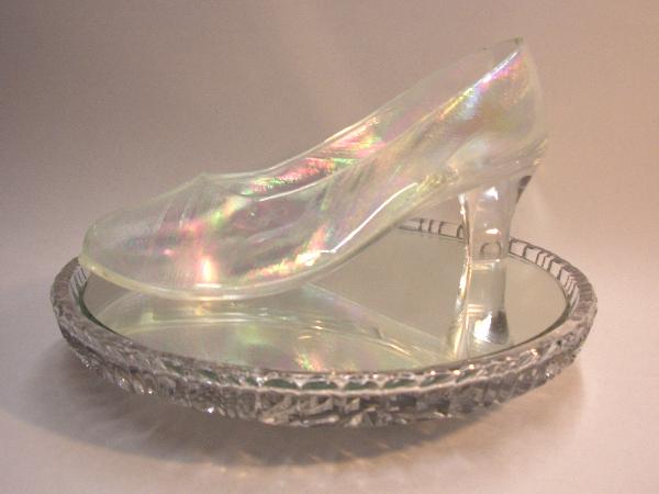 虹彩にきらめく履けるガラスの靴